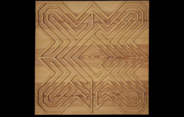 Immagine di scultura in legno labirinto intaglio legno di pino, immagine su sfondo bianco