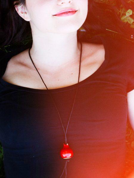 Immagine di collana melagrana gioiello portafortuna con ciondolo a forma di melagrana in ceramica
