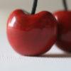 Immagine di collana ciliegia ciondolo artigianale ceramica a forma di ciliegia di Vignola colore rosso su sfondo bianco.