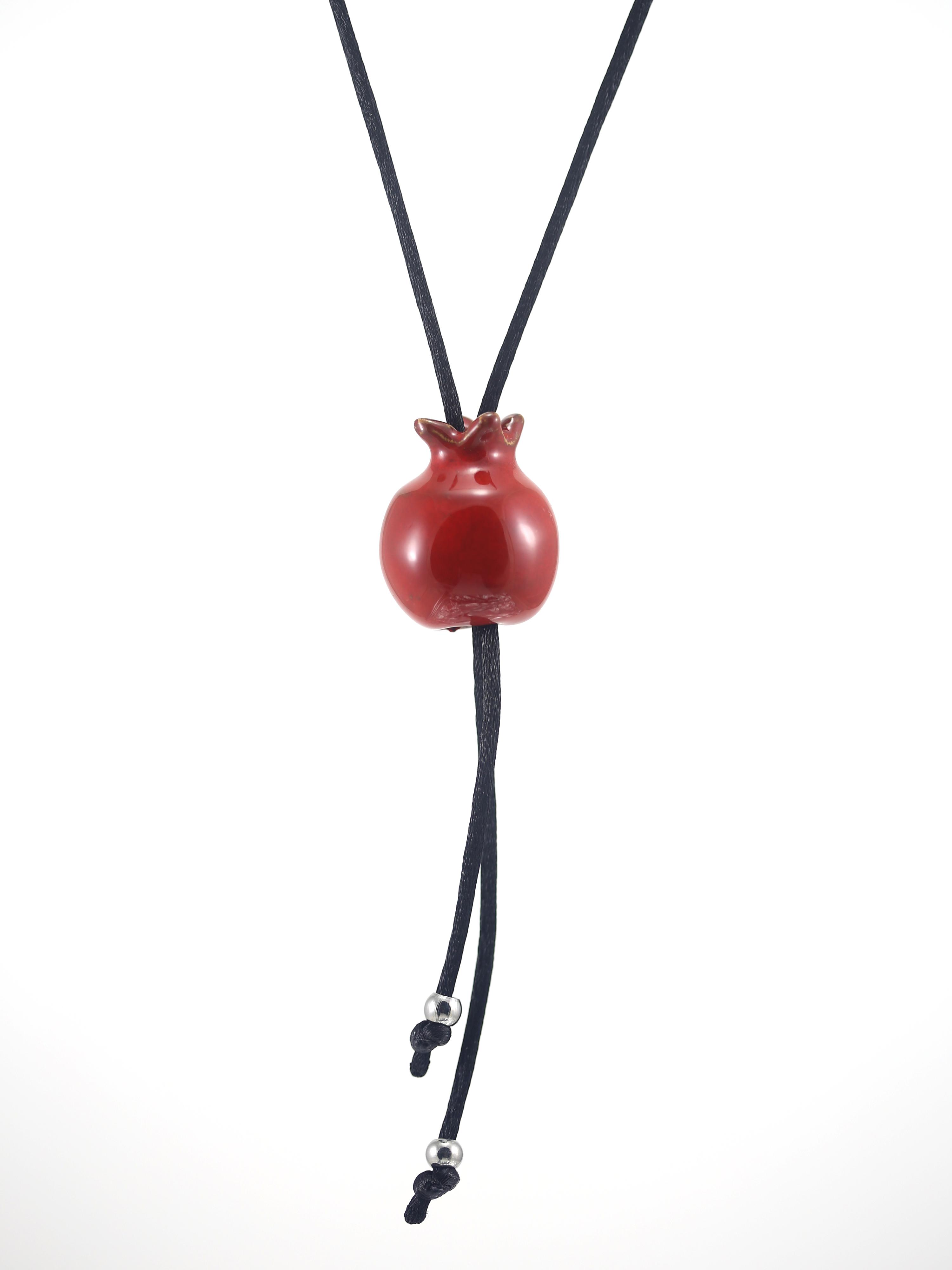 Immagine di Mini melagrana gioiello portafortuna collana artigianale collana ceramica rossa su sfondo bianco.