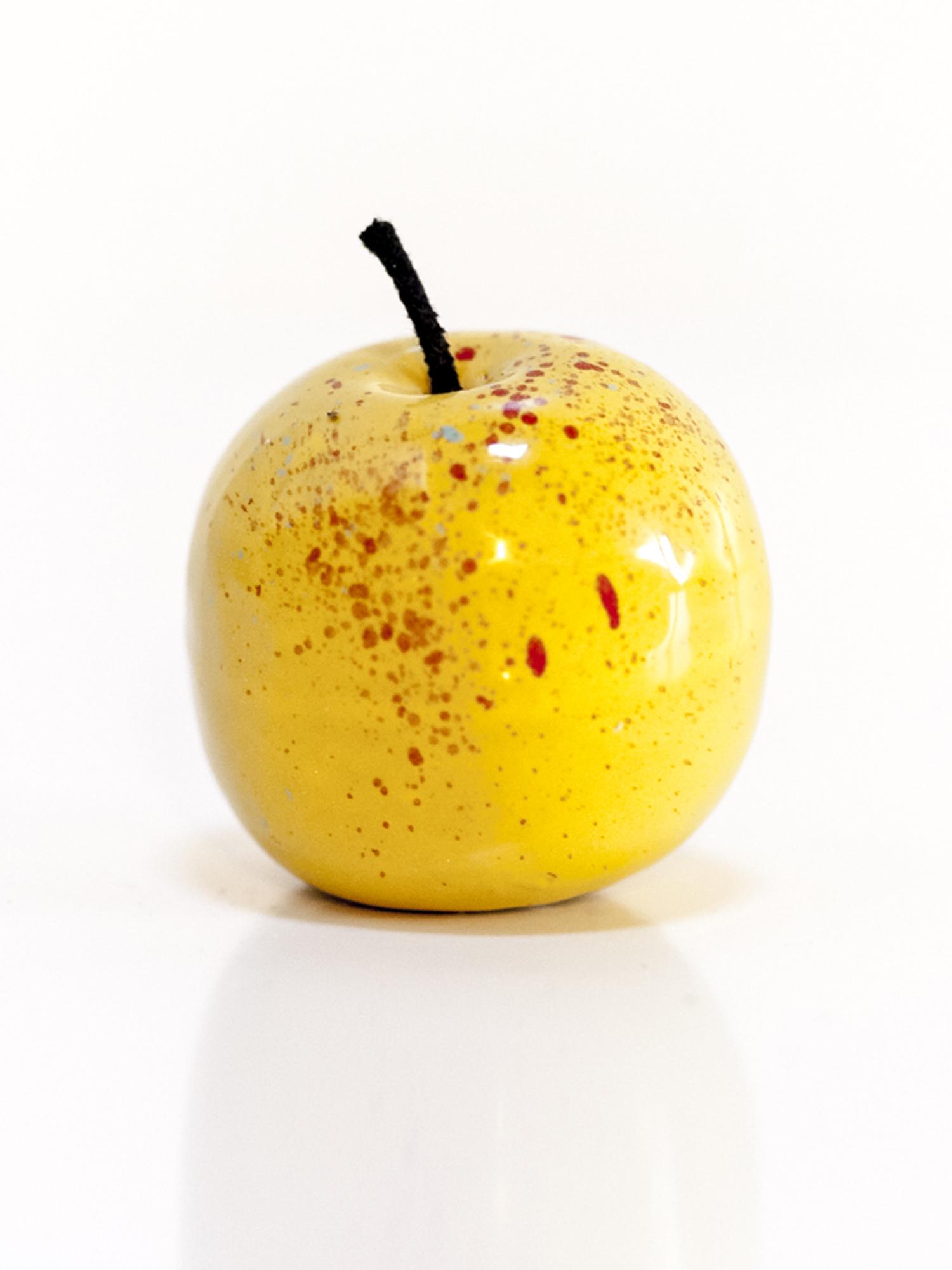 Immagine di mela in ceramica su sfondo bianco