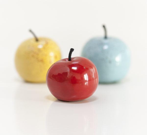 Immagine di mele di ceramica su sfondo bianco