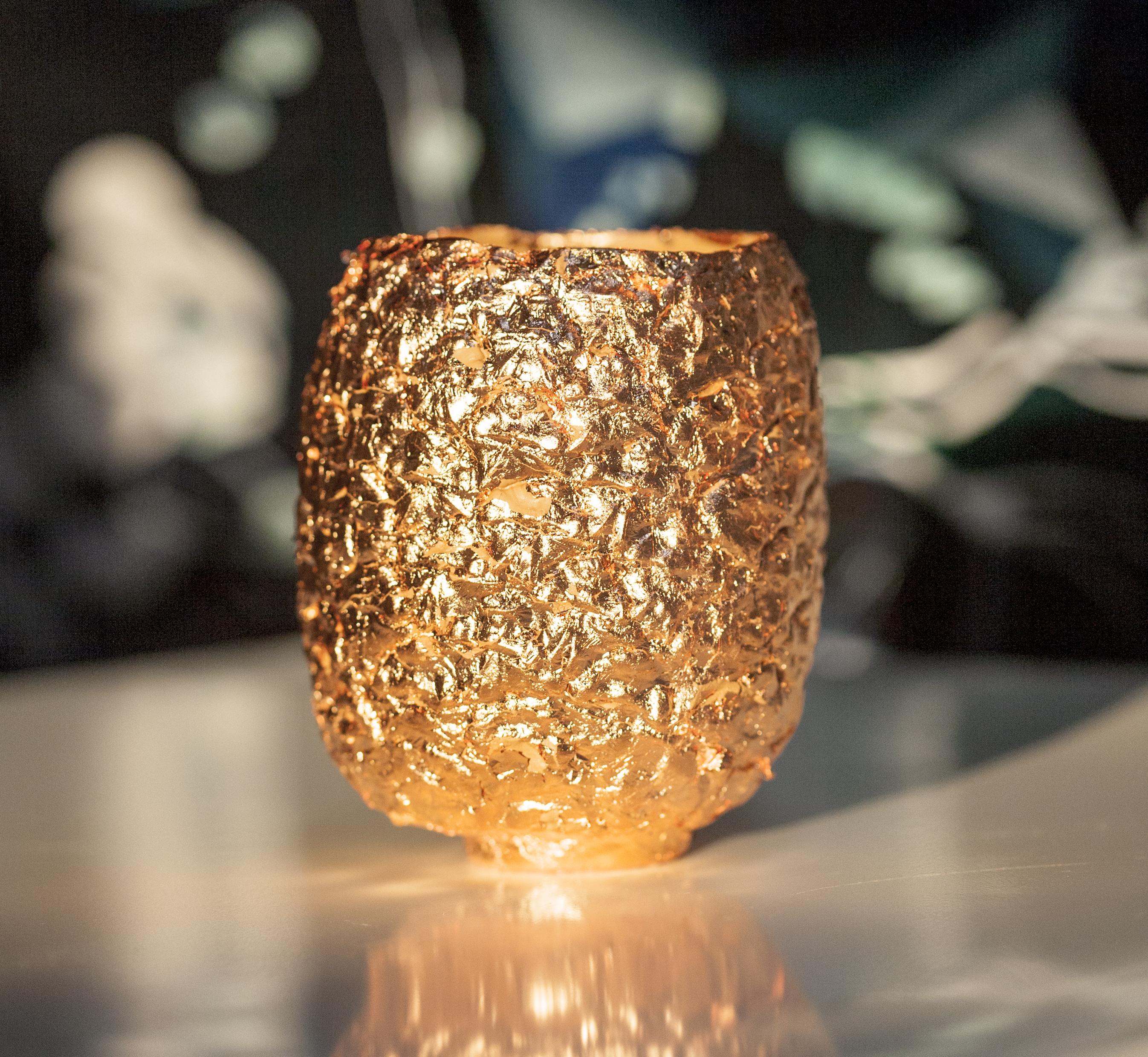 Immagine di vaso in ceramica a forma di ananas con foglia di rame