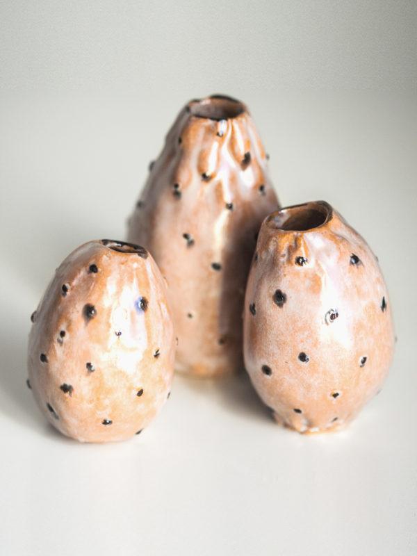 Immagine di fichi d'India di ceramica su sfondo bianco