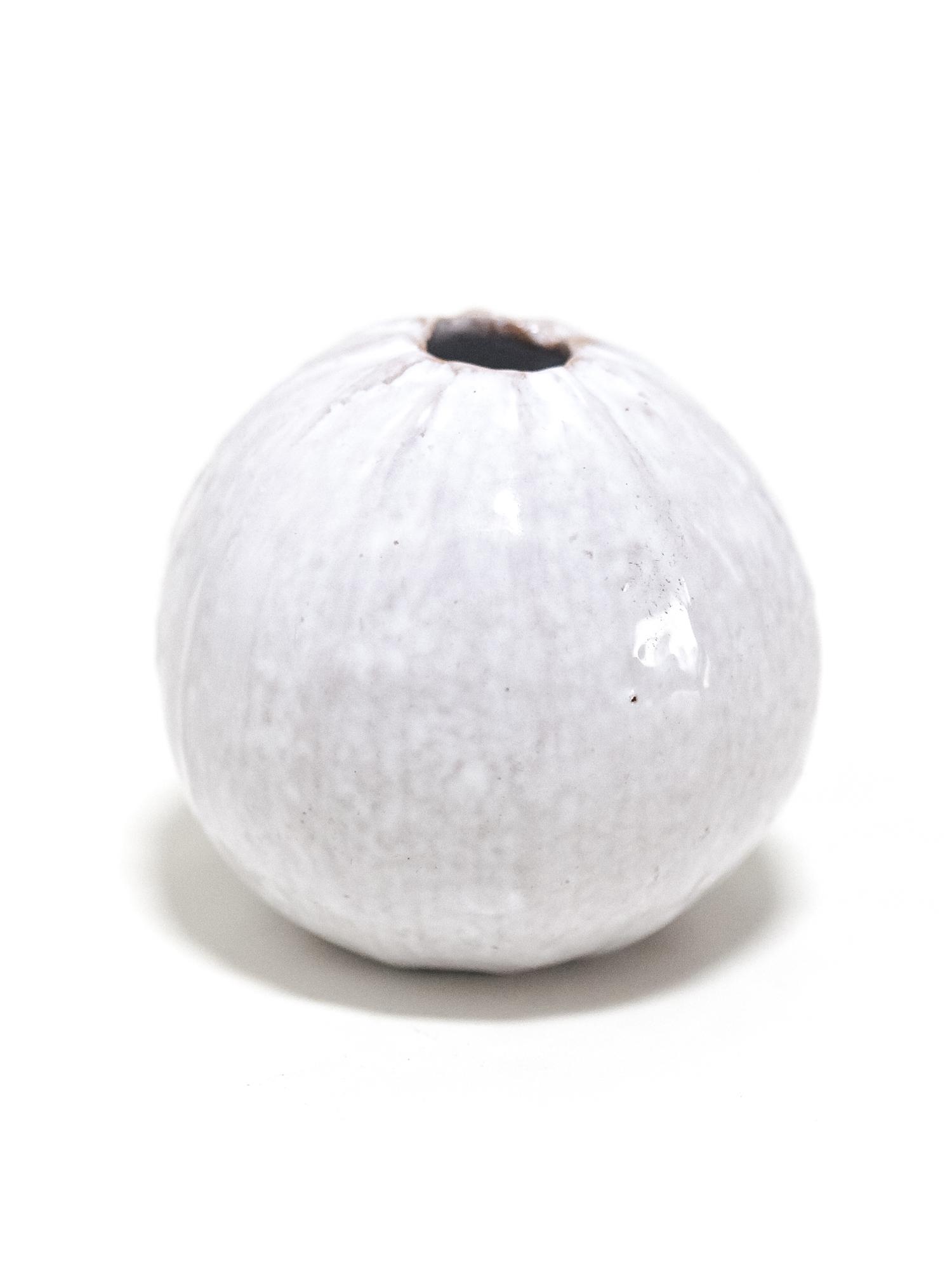 Immagine di zucchina bianca di ceramica su sfondo bianco.