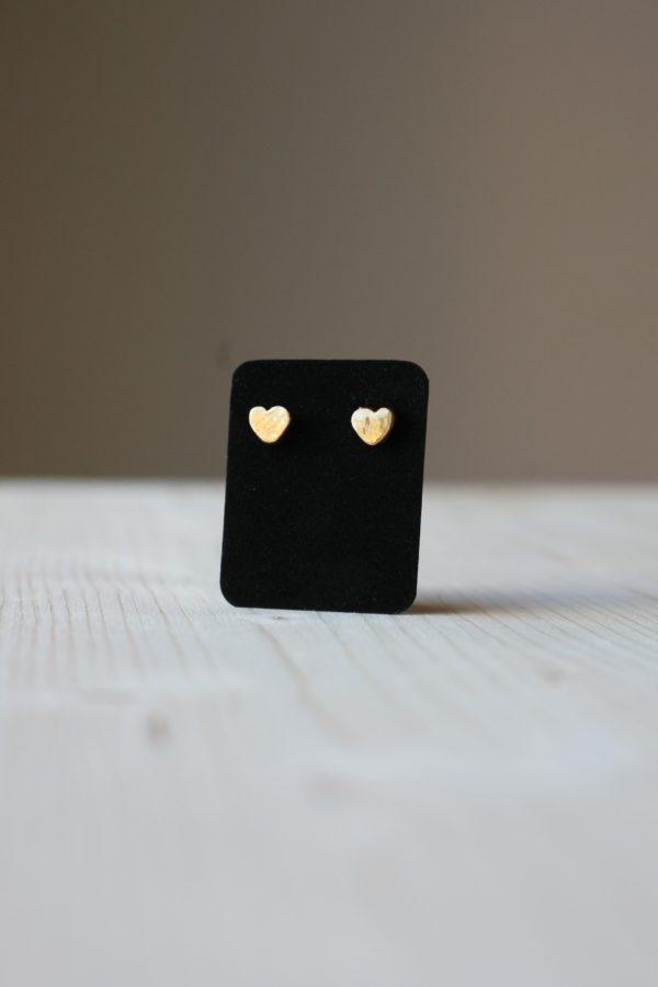 Coppia di orecchini a forma di cuore fatti a mano in ceramica e lustro oro.