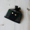 Coppia di orecchini artigianali a forma di cuore confezionati in un sacchetto di organza. Orecchini fatti a mano in ceramica e lustro oro a terzo fuoco.