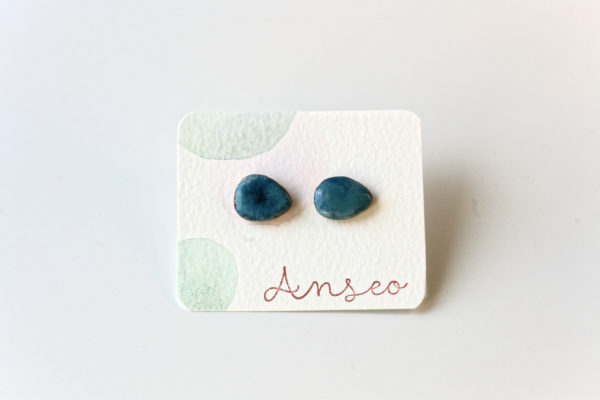 Coppia di orecchini in ceramica a forma di goccia azzurra
