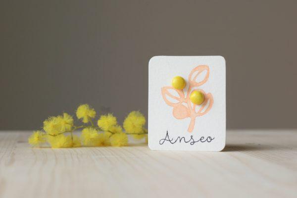 Immagine di orecchini a lobo Fiore di mimosa in ceramica, colore giallo