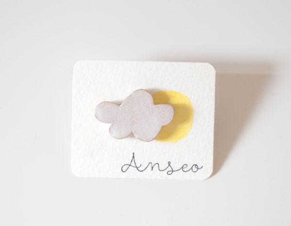 Spilla con piccola nuvola bianca in ceramica.