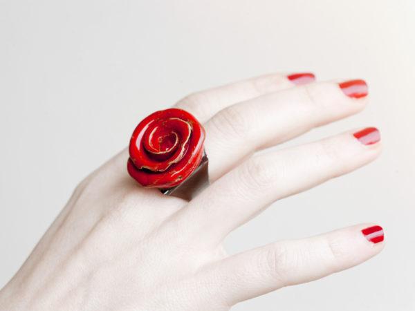 Anello Rosa ceramica fatta a mano. Anelli artigianali unici. immagine su sfondo bianco