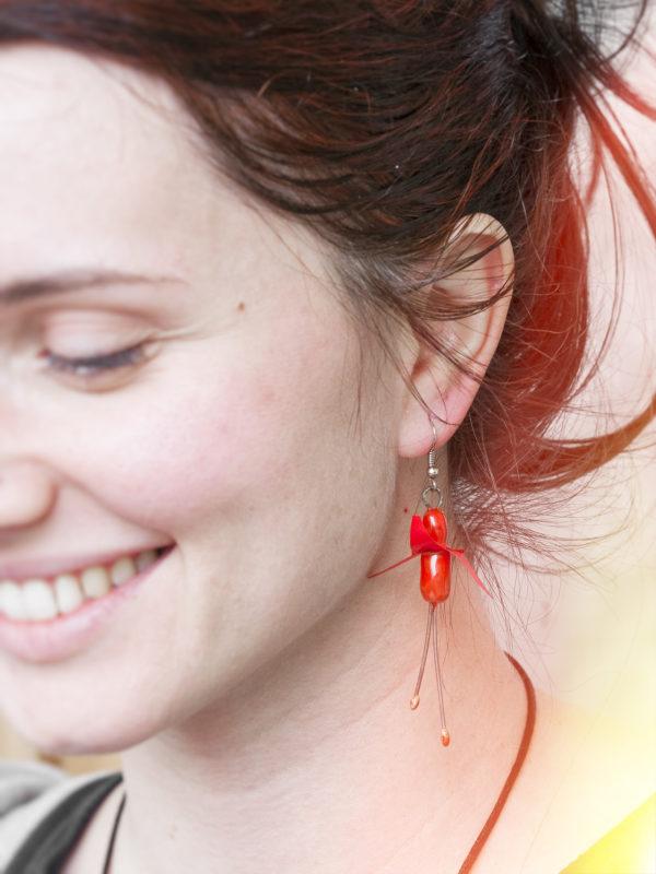 Immagine di orecchini fuchsia a forma di fiore di Fuchsia orecchini artigianali