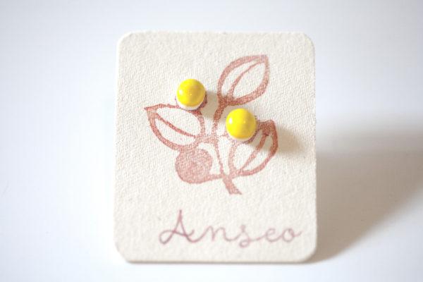 Coppia di orecchini a forma di fiore di Mimosa.