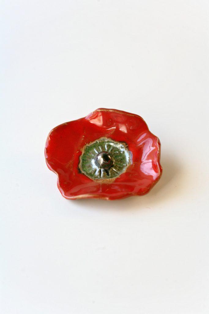 Spilla in ceramica a forma di papavero