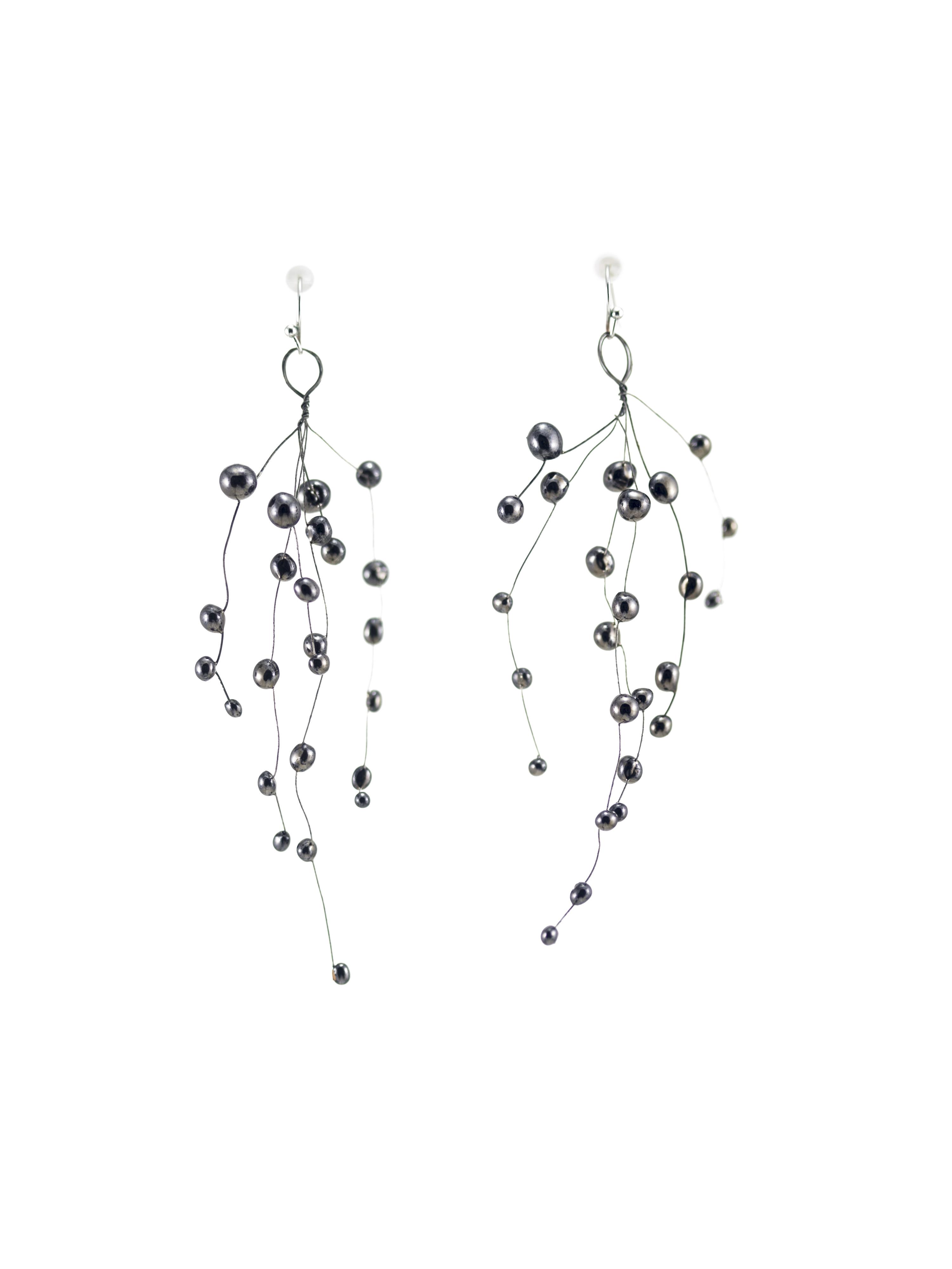 Coppia di orecchini pendenti in ceramica e metallo, leggerissimi e di colore nero.