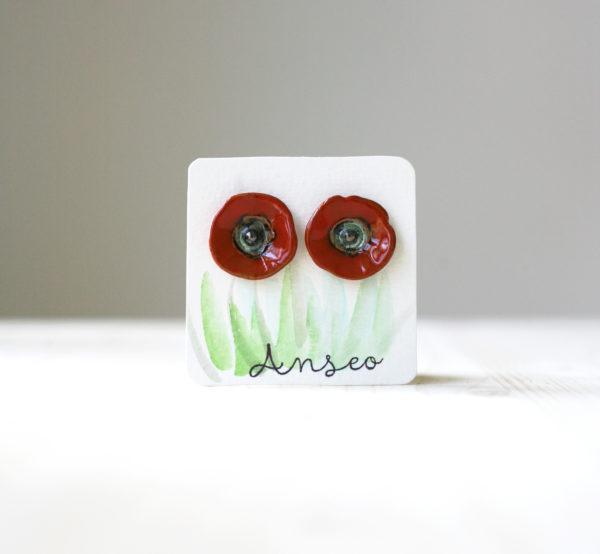 Coppia di orecchini in ceramica fatti amano a forma di fiore di papavero rosolaccio.