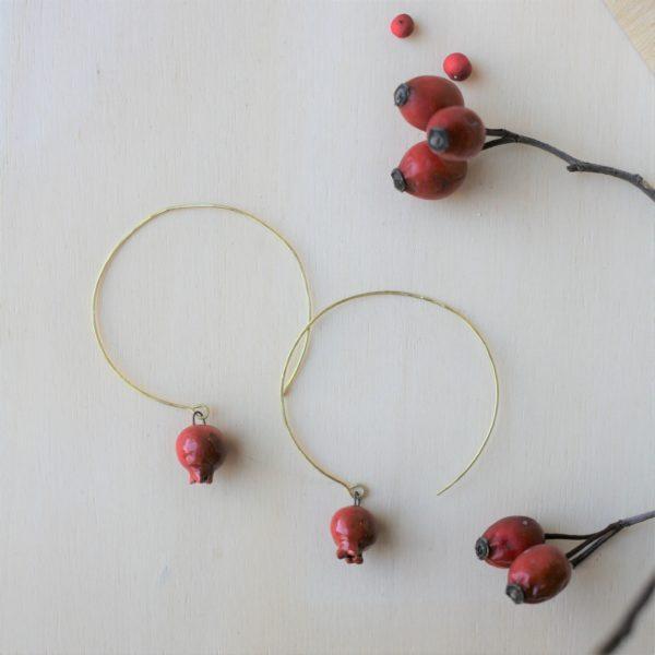 Coppia di orecchini artigianali, pendente melagrana rossa in ceramica e gancio a cerchio in ottone.