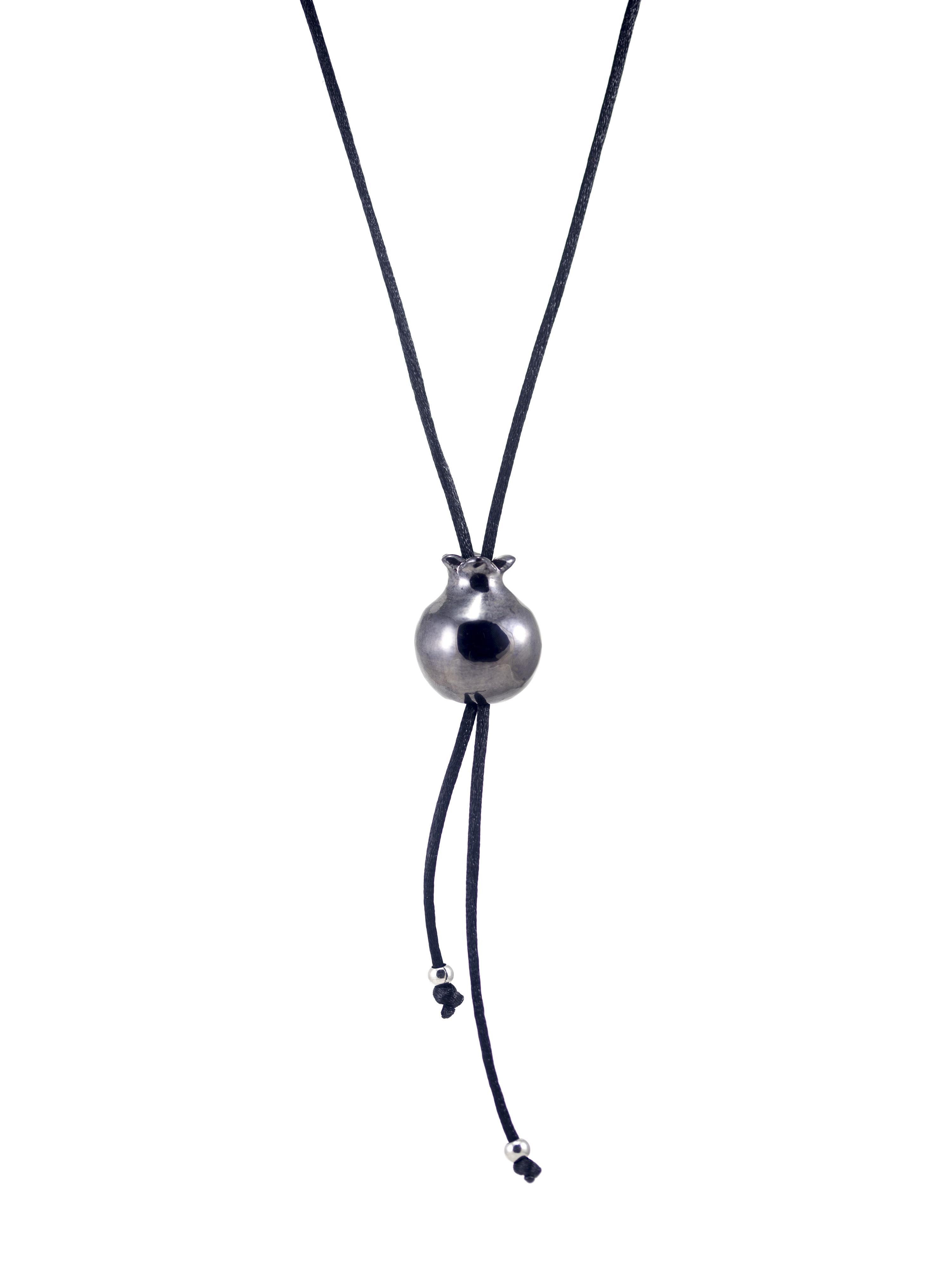 Immagine di minimelagrana gioiello portafortuna collana artigianale con ciondolo fatto a mano in ceramica a forma di piccola melgrana Colore nero su sfondo bianco.