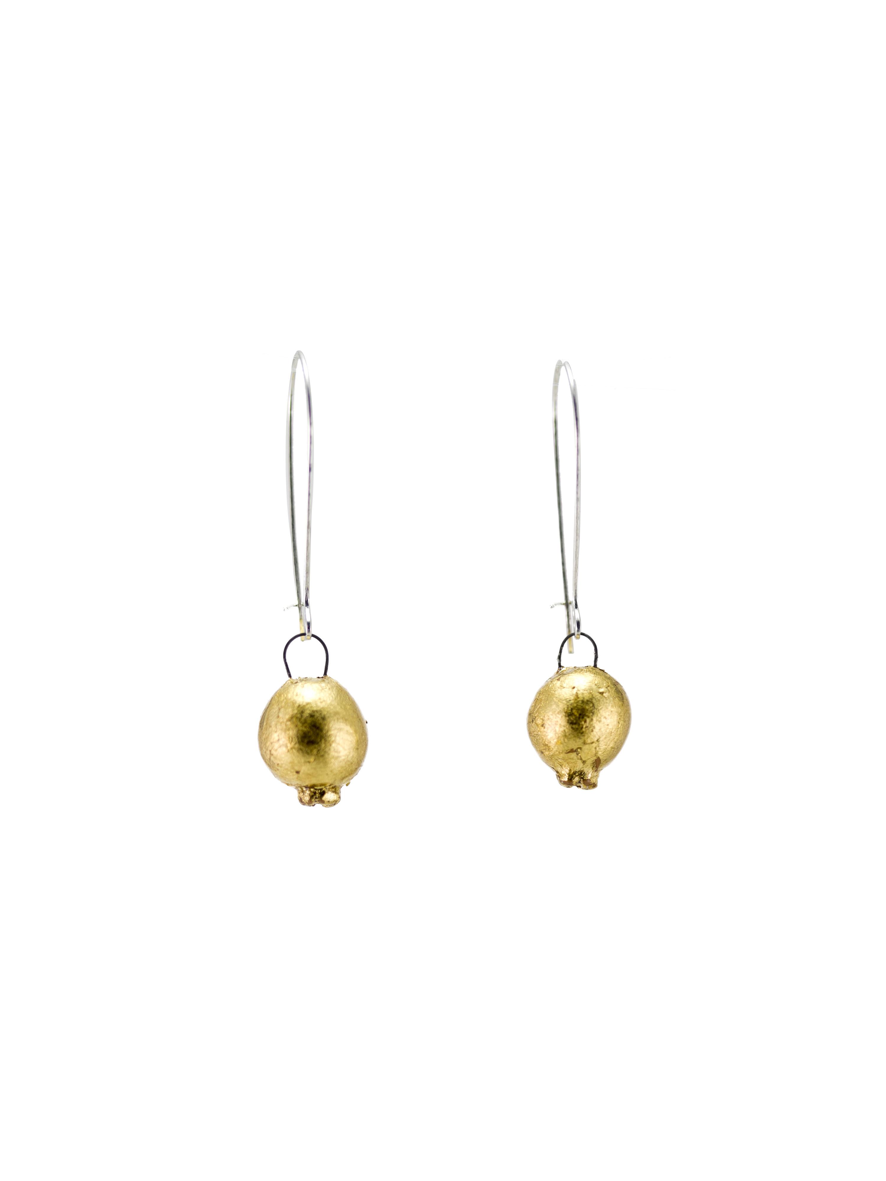 Immagine di coppia di orecchini melagrana pendenti in ceramica di color oro su sfondo bianco.