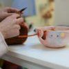 Ciotola per lavoro a maglia, uncinetto, crochet. Ciotola porta gomitolo artigianale realizzata e decorata a mano in ceramica e lustro oro.
