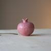 Piccolo vaso scultura a forma di melagrana dal colore rosa, fatto a mano in ceramica.