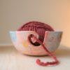 immagine di ciotola porta gomitolo per lavoro a maglia, uncinetto, crochet. Ciotola porta gomitolo artigianale realizzata e decorata a mano in ceramica e lustro oro.