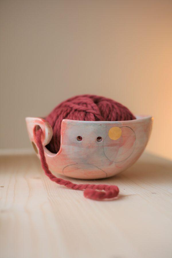 Immagine di ciotola per lavoro a maglia, uncinetto, crochet. Ciotola porta gomitolo artigianale realizzata e decorata a mano in ceramica e lustro oro.