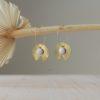 Immagine di orecchini artigianali in ceramica e ottone a forma di fiore e foglia di ninfea.
