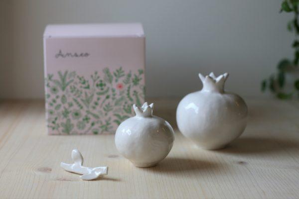 Coppia di melagrane bianche di ceramica e una spilla in porcellana bianca