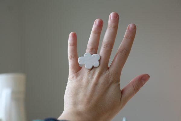 Immagine di anello con nuvola bianca in ceramica