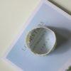immagina di bracciale porcellana bianco su libro