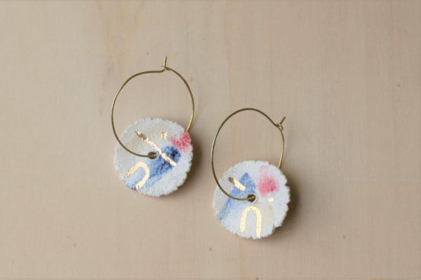 Immagine di orecchini pendenti papua in ceramica, lustro oro e ottone.