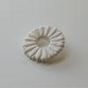 immagine di spilla corolla bianca in ceramica