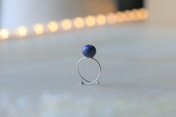immagine di anello in argento con mirtillo blu di ceramica