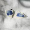 immagine di orecchini clip in porcellana su sfondo bianco