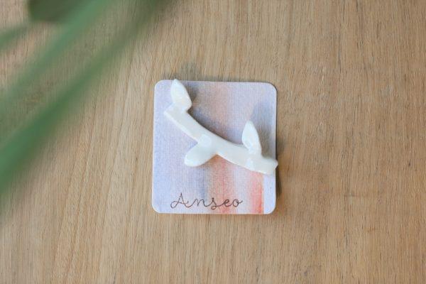 immagine di spilla rametto in porcellana su cartoncino fatto a mano acquerello su carta