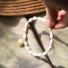 immagine di bracciale Marina in porcellana e ottone su tessuto colore sabbia e ombre