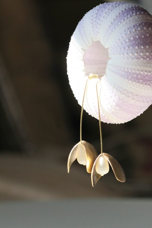 immagine di orecchini venere in porcellana e ottonecon riccio di mare