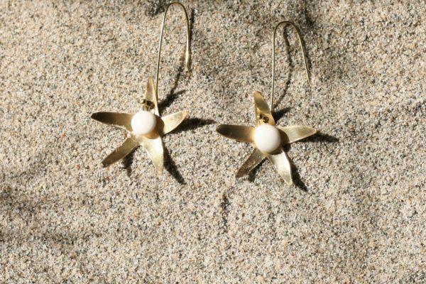 immagine di orecchini Stella Marina in ottone e porcellana su sabbia